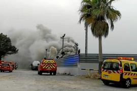 Alarma por un virulento incendio en el desguace de Ca na Negreta