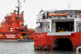 El 'San Gwann' se recupera en el puerto de Ibiza tras una exitosa operación de reflotamiento