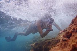 Veinte personas participan en el taller de foto submarina en apnea impartido por AFONIB