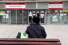 El paro registra su mayor caída mensual en un mes de agosto, con 82.583 desempleados menos
