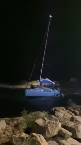 Rescatados por aire los ocho tripulantes de un velero golpeado por el temporal en Formentera