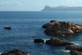 Evacuados tres heridos graves de una lancha que chocó contra un islote en Ibiza