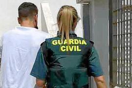 Detenido por robar una mochila con más de 800 € y una tarjeta en Platja d'en Bossa