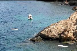 Tres heridos graves y un barco destrozado tras chocar con un saliente de es Farallons