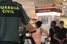 Detenidos en el aeropuerto tres turistas que provocaron incendios en la playa en Mallorca