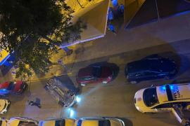 Choca contra varios coches y vuelca en pleno centro de Ibiza