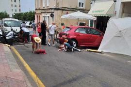 Arrolla a cinco personas con su coche en una terraza de Menorca