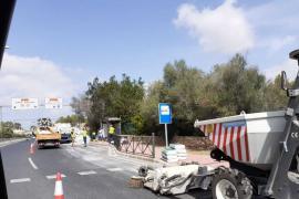 Un camión vuelca y pierde la mercancía en la carretera de Sant Antoni
