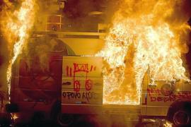 Batalla campal entre 'indignados' y policía cerca del estadio del Brasil-México