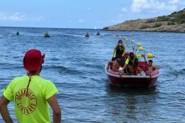 Los socorristas de Sant Antoni realizan dos simulacros de emergencia en Cala Salada y Caló des Moro