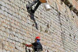 El Ayuntamiento reinicia las labores de limpieza de las murallas