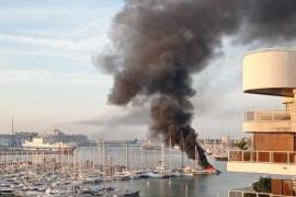 Imágenes del incendio de una embarcación en Palma