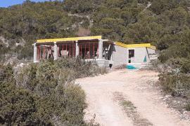Derribadas las obras de una casa ilegal en suelo protegido con vistas a es Vedrà