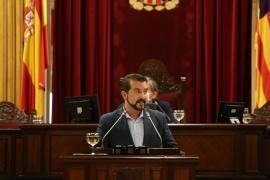 Sanz se estrena en el Parlament pidiendo protección ambiental y social junto con la recuperación económica