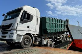 Un camión, a punto de caer al mar en el puerto de Formentera