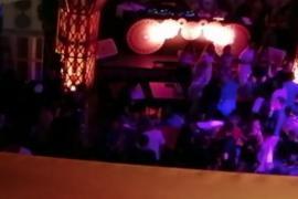 Sin distancia ni mascarilla y fumando en un restaurante de Ibiza