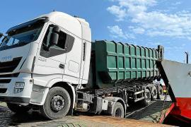 Un camión atrapado al embarcar bloquea el puerto de Formentera durante cuatro horas