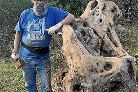 Cayetano Miró crea dos corazones de madera como homenaje a los sanitarios