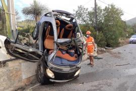 Herido tras sufrir una espectacular salida de vía y acabar sobre una valla en Ibiza