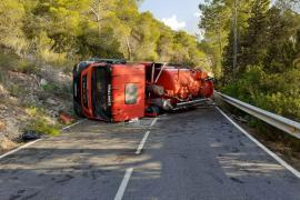 Reabierta al tráfico la carretera que une Sant Carles con Cala Sant Vicent tras remolcar el camión volcado