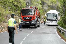 Complejo rescate de un camión volcado que cortó la carretera a sa Cala más de 16 horas