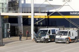 Trasladan a Ibiza una patera con 12 personas auxiliadas a 46 millas de Cabrera