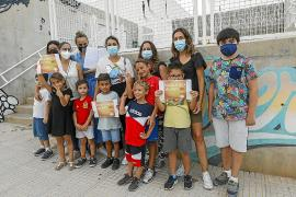 Familias de Ibiza se suman a la iniciativa 'Mascareta al pati no' recogiendo firmas