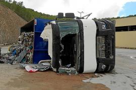 Ingresado en la UCI el conductor de un camión volcado en Ca na Putxa