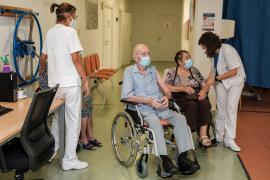 Un total de 77 residentes en Can Blai, Ibiza, reciben la tercera dosis de la vacuna
