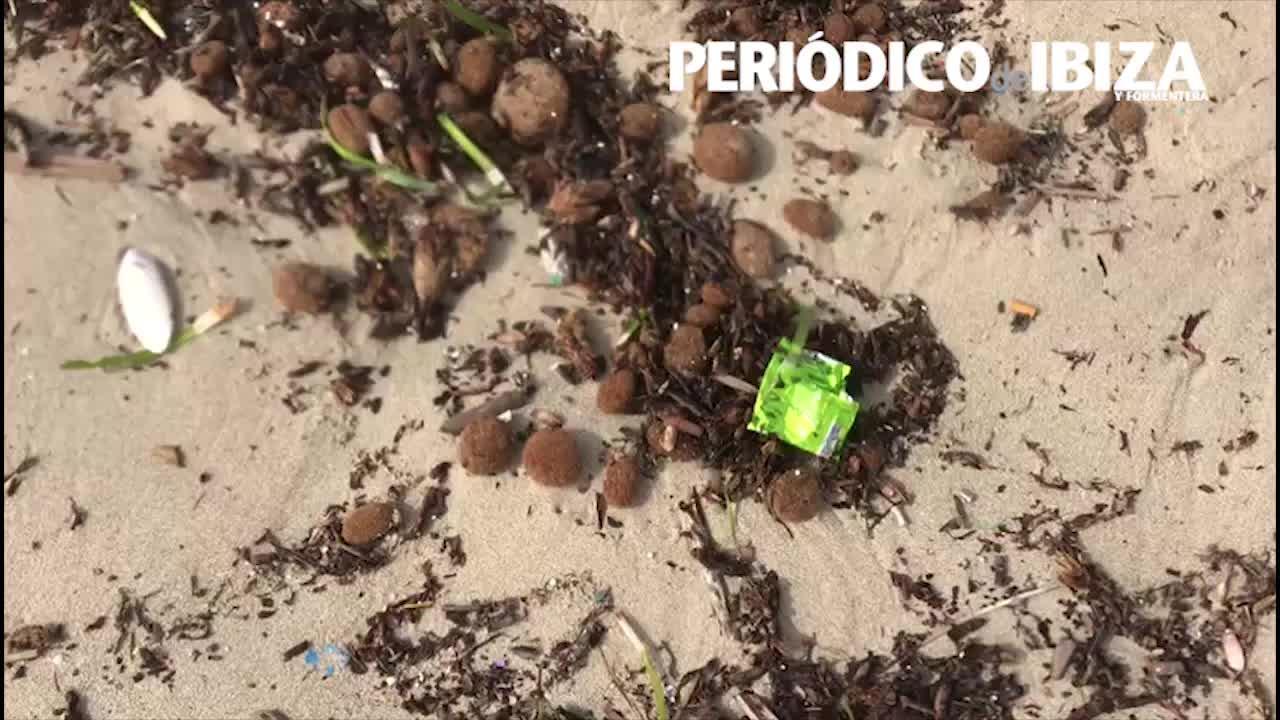 Los plásticos invaden las playas de Ibiza tras el temporal