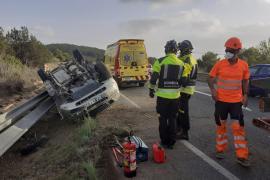 Un herido grave en un violento vuelco en la carretera de Sant Josep