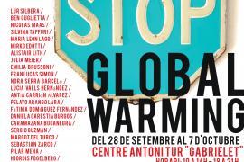 Extintores decorados por artistas en una exposición en Formentera para alertar sobre el calentamiento global