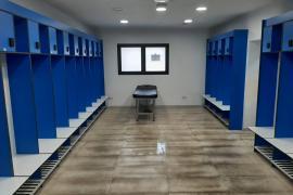 Así quedaron los vestuarios del Estadi Balear tras el paso de los jugadores del Betis B