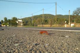 Muere un motorista en un violento choque contra un coche en Sant Joan