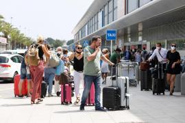 Las aerolíneas piden refuerzos en el control fronterizo del aeropuerto de Ibiza
