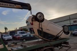 Aparatoso vuelco de un coche de alquiler en la carretera de sa Caleta