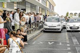 Los taxistas bloquean el acceso a Privilege para protestar por los taxis pirata