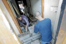 Vecinos de Pere Garau tapian una casa okupada