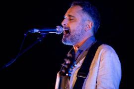Jorge Drexler dedica en Formentera su canción 'Sanar' a los sanitarios «por acompañarnos cuando no se podía curar»