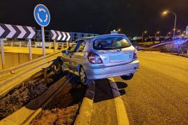 Un conductor se empotra contra el guardarraíl en la rotonda de Blanca Dona