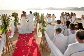 Las bodas en las playas son consideradas fiestas ilegales y Costas no prevé regularlas