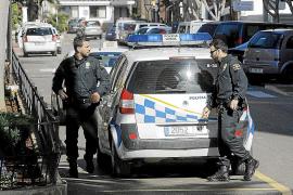 Dos ladrones de playa golpean a los agentes de Santa Eulària que les detuvieron