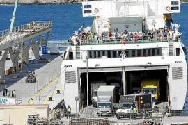 Transportistas y estibadores critican la falta de espacio en los embarques de es Botafoc