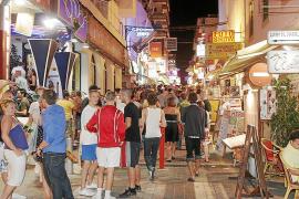 Sant Antoni prevé restringir el horario de los bares del West End en plena temporada
