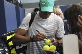 Rafa ha firmado pelotas de tenis y se ha fotografiado con sus fans al finalizar el entrenamiento en Manacor.