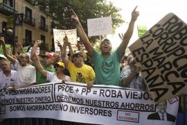 Centenares de personas reclaman ante la sede  nacional del PP la dimisión de Rajoy