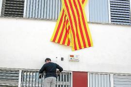 El Govern prohíbe los lazos con la bandera catalana y permite los que tengan la bandera española