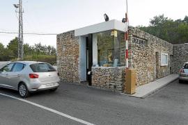 Fiscalía denuncia ante los juzgados la barrera y las cámaras de la urbanización Roca Llisa