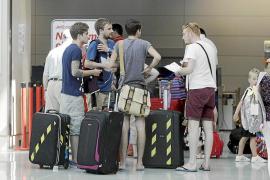El abundante tráfico de pasajeros en verano por el aeropuerto de Eivissa