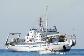 El buque Certamen fondea en Cala Jondal para arreglar el cable de fibra óptica